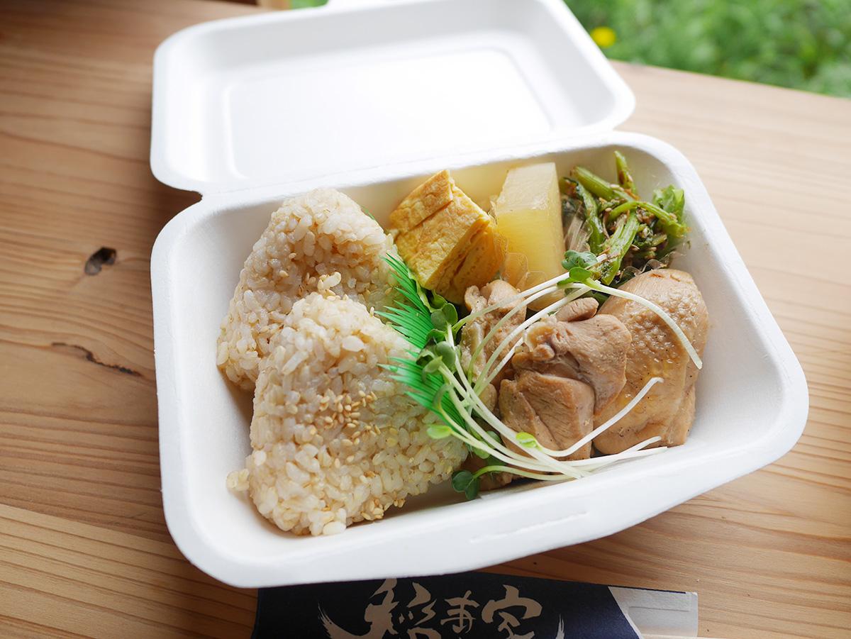 稲妻屋さんの鶏もも煮込み弁当と鯖の味噌煮弁当をTOGO