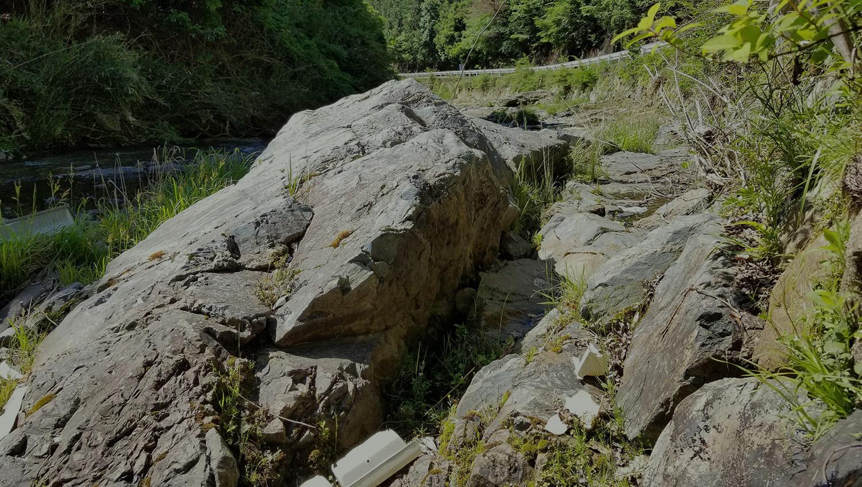 厳しいゴロゴロ石と、優しいせせらぎ 野間出野一庫線の川沿いの道(落石注意の看板付近)